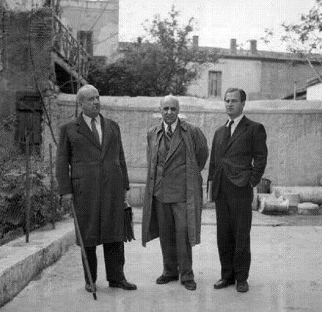 Γιώργος Κατσίμπαλης, Γιώργος Σεφέρης κι ένας ακόμη επισκέπτης, στην οικία Κατσίμπαλη, 1950
