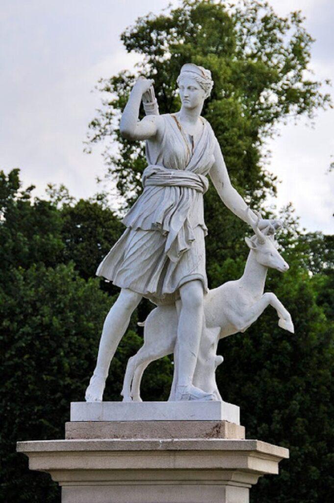 Το άγαλμα της θεάς Αρτεμις στην πλατεία Κασταλάς στο Μαρούσι.